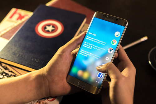 Màn hình cong của Samsung Galaxy S6 edge+ có thể hữu dụng khi người dùng không muốn chú ý tới người làm phiền mình.