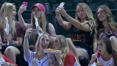 Khi các thiếu nữ đi xem bóng chày, họ sẽ làm gì?Camera quay trực tiếp trận bóng chày của Arizona Diamondbacks đã ghi lại được cảnh các cô gái say sưa tạo dáng chụp ảnh mà không quan tâm gì tới diễn biến trận đấu.