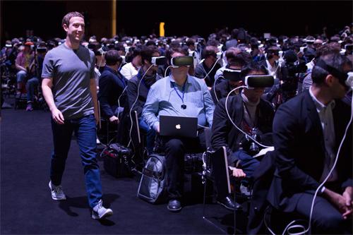 anh-che-ceo-facebook-di-giua-hang-nguoi-deo-kinh-vr