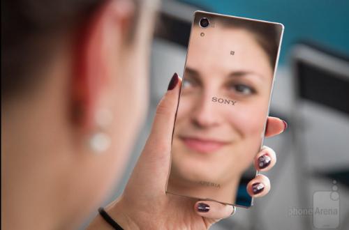 Bên cạnh thiết kế sáng bóng như mộ tấm gương, Sony Xperia Z5 Premium còn nổi bật nhờ việc là chiếc smartphone thương mại đầu tiên sở hữu màn hình độ phân giải 4K.  Một số điểm nhấn khác cũng có trên chiếc máy này bao gồm thời lượng pin tuyệt vời, chất lượng cuộc gọi tốt, khả năng chống nước hàng đầu và giao diện người dùng mượt mà, gọn gàng