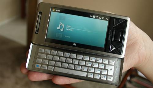 X1 có màn hình cảm ứng 3 inch 480x800 pixels, vào thời điểm đó, màn hình này mang lại mật độ điểm ảnh cao nhất trên mỗi inch của bất cứ smartphone: 311ppi nào. Một tính năng đáng chú ý của chiếc điện thoại này là bàn phím trượt QWERTY. X1 được sản xuất bởi HTC theo đơn đặt hàng của Sony Ericssion (đây là thời điểm mà HTC chủ yếu sản xuất điện thoại cho các thương hiệu khác hơn là những chiếc điện thoại của mình).