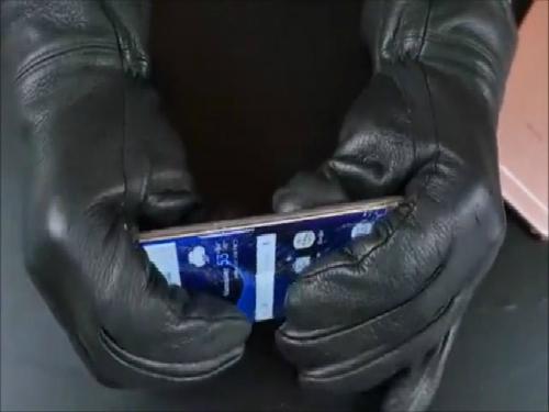Người thử nghiệm thực sự gặp khó khăn khi cố gắng bẻ cong Galaxy S6 Edge, trong khi việc này lại khá dễ dàng với iPhone 6s. Xem video