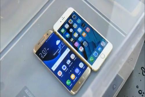 Tiếp tục ngâm hai chiếc điện thoại trong 7 phút nữa, rồi lấy ra kiểm tra. Màn hình, loa, khe cắm tai nghe của cả 2 chiếc đều bình thường. Nhưng chiếc iPhone 6s đã bắt đầu có dấu hiệu bị nước xâm nhập. Xem video