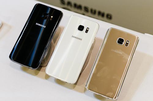 Thiết kế và kích thước của Galaxy S7 không nhiều khác biệt so với S6 nhưng dung lượng pin tăng thêm nhiều.