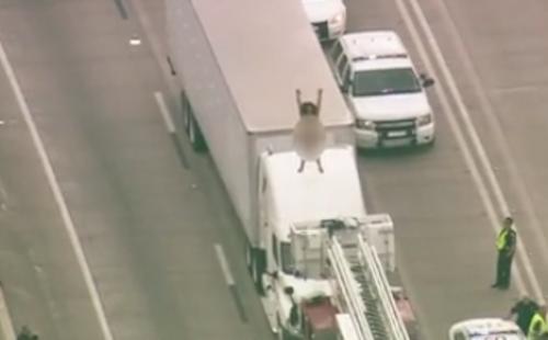 Cao tốc đóng cửa hai giờ vì phụ nữ khoả thân trên nóc xe