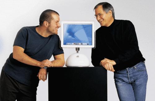 Jonathan Ive là người có tầm ảnh hưởng với Apple và cũng rất gần gũi với cố CEO Steve Jobs.