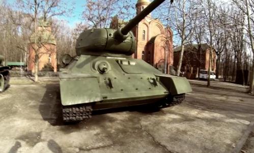 Đọ độ cứng điện thoại bằng xe tăng, máy bay phản lực.