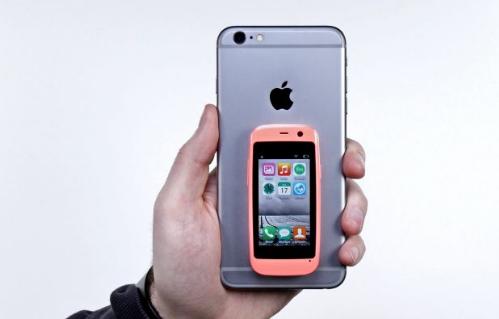 Posh Mobile Micro X S240 có màn hình chỉ 2,4 inch và trọng hơn 50 gram.