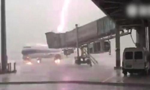 Sét đánh trúng máy bay Trung Quốc trên đường băng