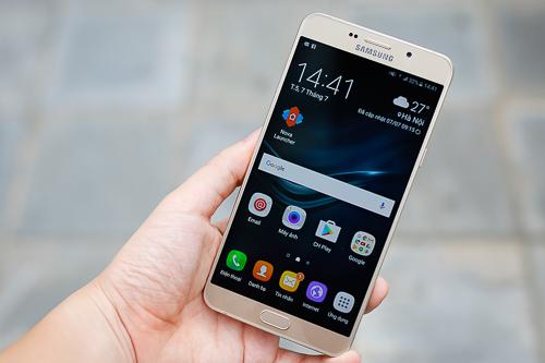 Có thể cầm được bằng một tay, nhưng kích thước của Galaxy A9 Pro vẫn quá to và năng so với một điện thoại thông thường.