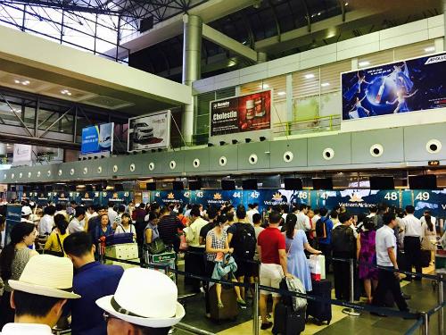 Màn hình hiển thị thông tin sân bay ở Nội Bài chiều 29/7 đã bị tắt sau khi bị tin tặc tấn công, chèn thông tin xấu.