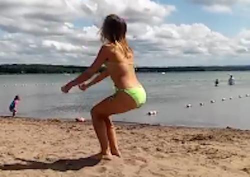 video-thieu-nu-mac-vay-sieu-ngan-bi-chup-len-hot-nhat-tuan-qua-8