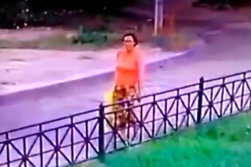 video-nguoi-vo-hinh-dap-xe-trong-nha-kho-hot-nhat-tuan-qua-1