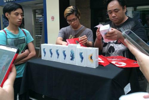 Cảnh thu gom iPhone 6s và bán lại tại các cửa hàng Apple ở Singapore năm ngoái. Ảnh: Đình Nam.