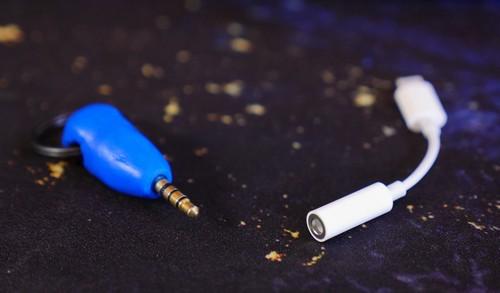 tu-tao-moc-khoa-kiem-thiet-bi-giu-adapter-tai-nghe-iphone-7