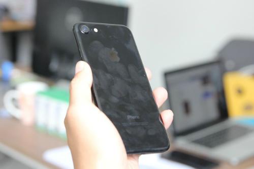 iPhone màu đen bóng Jet Black dễ bám bẩn và bị xước hơn những màu còn lại.