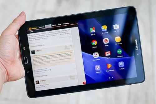 Màn hình tỷ lệ 16:9 của của Tab A 2016 hiển thị được nhiều nội dung hơn khi chia đôi màn hình so với iPad.