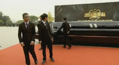 Duy mặc vest, đi xe limousine tới dự lễ trao giải.