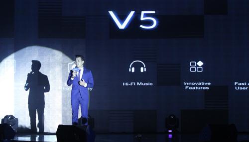 MC Nguyên Khang chia sẻ về chiếc smartphone có camera trước 20 megapixel.