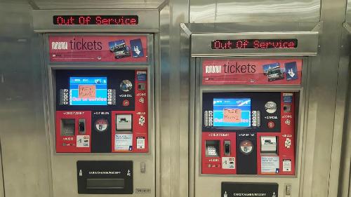 Các máy bán vé tự động bị hack.