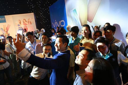 Người dùng trải nghiệm Vivo V5 tại sự kiện.