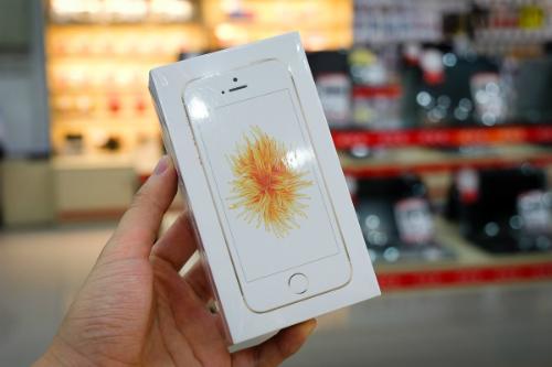 Cảnh cháy hàng, chen chúc mua trong ngày đầu mở bán không xảy ra với iPhone SE như các thế hệ iPhone đời trước.