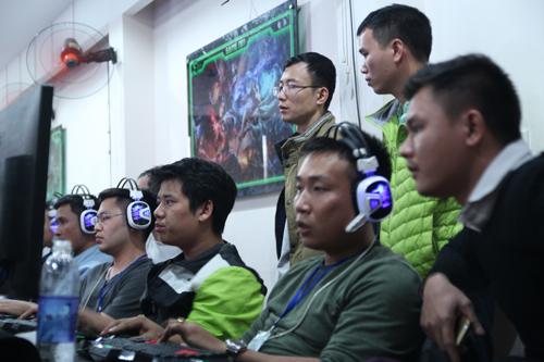 Bạn sẽ không thể biết ai là nhân viên, ai là tổng giám đốc khi tất cả cùng ngồi trong quán internet như thế này.