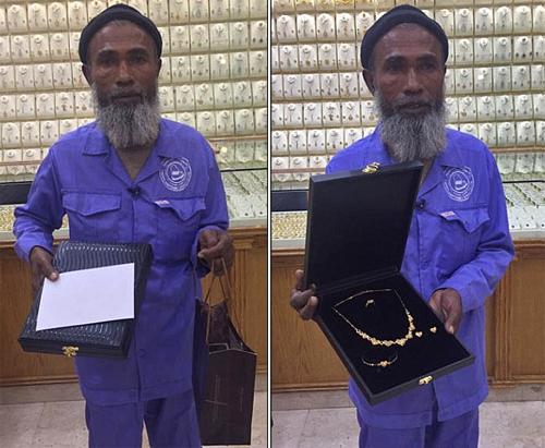 Người đàn ông quét dọn nhận được rất nhiều quà, tiền, vàng từ những người ủng hộ.