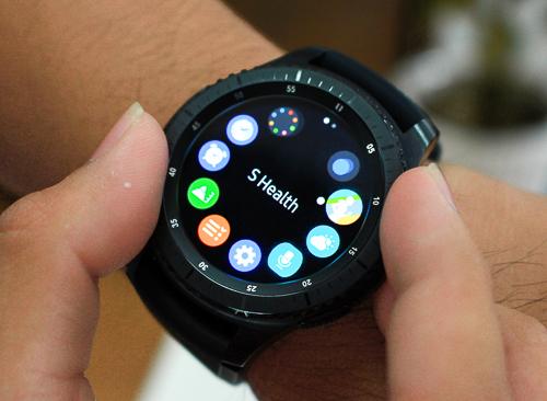 Vòng kim loại bao quanh mặt đồng hồ dùng để điều khiển và chọn ứng dụng.