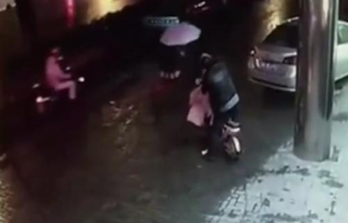 Người đi đường thờ ơ nhìn cô gái bị hãm hại