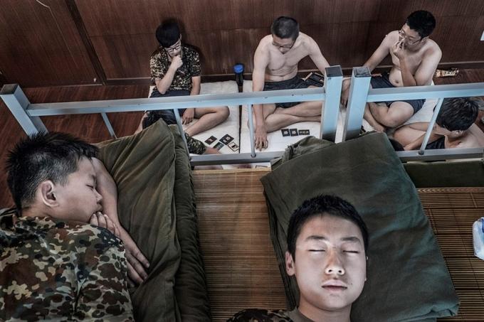 <p> Yin Yu Tao và He Song đang ngủ trong khi các bệnh nhân khác chơi bài. Những người bị rối loạn bởi trò chơi trên Internet thường xuyên phải đối mặt với các vấn đề giao tiếp xã hội với những người khác.</p>