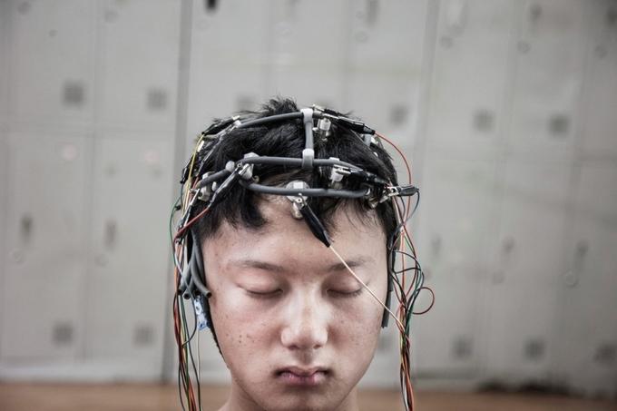 <p> Lu Jung Song, 13 tuổi đang thực hiện bài kiểm tra điện não đồ. Độ ổn định của sóng não thể hiện một phần khả năng bình phục của các bệnh nhân, bên cạnh các đánh giá về khả năng giao tiếp,tâm lý cảm xúc...</p>