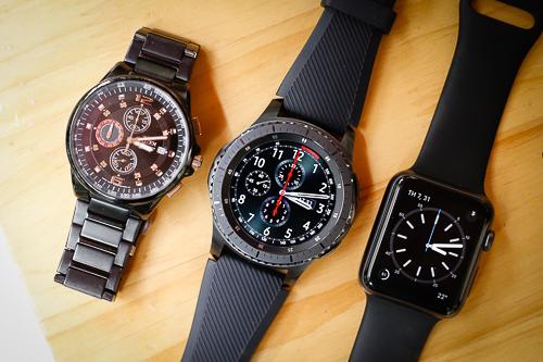 Ngoại hình của Gear S3 Frontier trông không khác đồng hồ thực thụ và biến Apple Watch Sport trông như đồ chơi khi đặt cạnh.