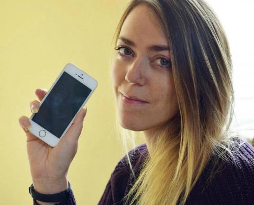 Sophie Highfield và chiếc iPhone 5S đặc biệt của mình.