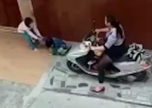 video-con-chim-o-be-boi-khi-me-mai-dung-dien-thoai-gay-chu-y-tuan-qua-7