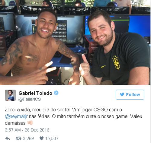 Neymar trong quán game cùng thành viên đội SK Gaming.