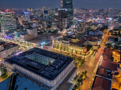 Nhịp sống Sài Gòn về đêm với chế độ chụp Night Mode (ảnh: Anton Đạt)