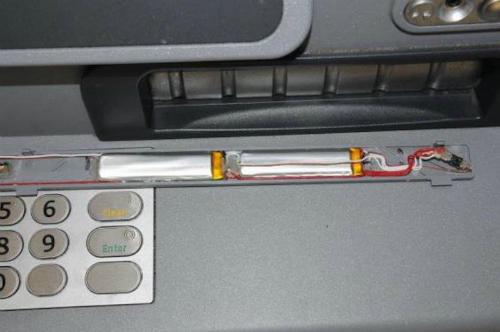 Một thiết bị ghi trộm thông tin thẻ ATM được phát hiện bởi người dân.