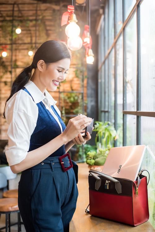 Chiếc laptop vàng hồng mỏng nhẹ nằm gọn trong túi xách tiện lợi khi di chuyển, tạo ấn tượng về một quý cô thanh lịch, năng động.