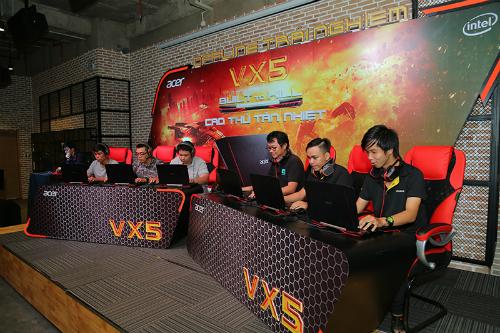 Màn đấu game kịch tính Overwatch dưới sự bình luận của Hoàng Viruss đã diễn ra trong không khí sôi động, hào hứng và cỗ vũ nhiệt tình của khán giả.