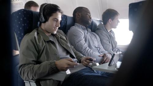 Hình ảnh quảng cáo Nintendo Switch trên máy bay trong trailer giới thiệu sản phẩm.