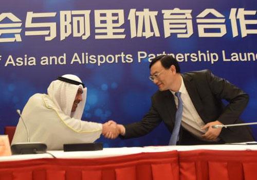 CEO của AliSports (công ty con của Alibaba), Zhang Dazhong bắt tay Chủ tịch Hội đồng Olympic châu Á Ahmad Fahad Al-Sabah trong buổi lễ ra mắt ngày 17/4.