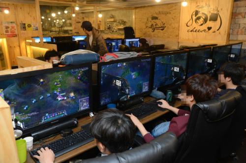 Nhiều người muốn học chơi game để không bị bạn bè chê cười khi chơi cùng. (Ảnh minh họa)