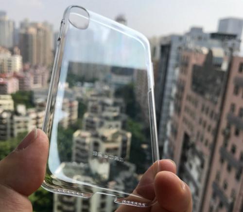 Ốp lưng trong suốt được cho là phụ kiện dành cho iPhone đời mới.