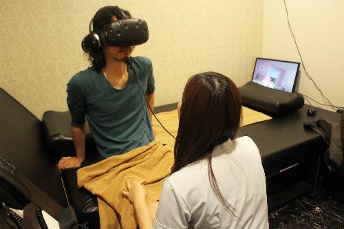 Khách hàng đang trải nghiệm thực tế ảo và cảm giác thật.