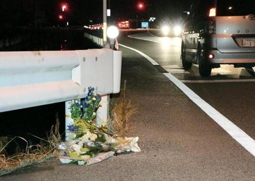 Hoa đặt tại gần nơi người phụ nữ thiệt mạng vì bị tài xế xe tải đâm tối 24/8. Ảnh: Reuters/Kyodo.
