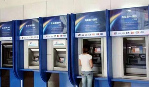 Nhiều máy rút tiền tự động ở Trung Quốc không thể thực hiện giao dịch, đồng thời hiện thông báo đòi tiền chuộc màu đỏ trên màn hình.