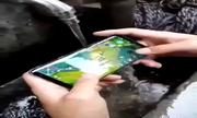 Chơi game trên Galaxy S8 dưới vòi nước chảy