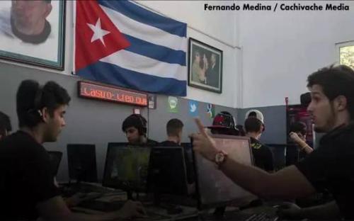 Một quán game ở Cuba, nơi các game thủ chơi dưới cờ và ảnh các lãnh tụ.