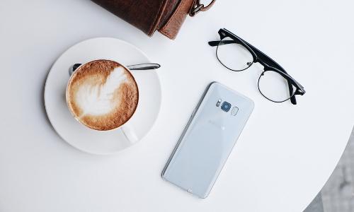 doi-smartphone-samsung-va-iphone-lay-galaxy-s8-moi